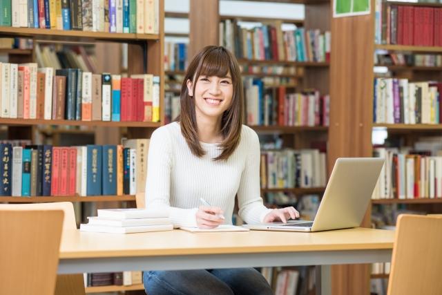 図書館でノートパソコン